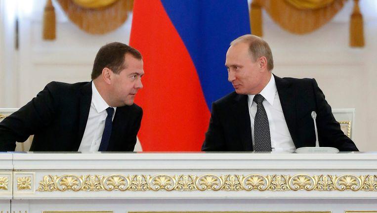 President Vladimir Poetin naast de Russische premier Dmitri Medvedev. Beeld EPA