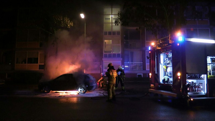 De brandweer blust het voertuig. Foto: News United/Dennis Bakker