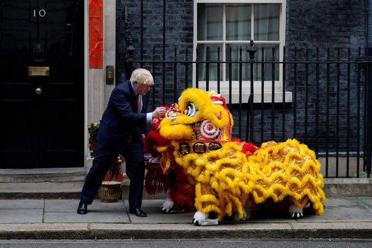 Boris Johnson zegde een belangrijk noodoverleg af om de Chinees nieuwjaarreceptie van de Chinese Ambassade te kunnen bezoeken. Beeld EPA