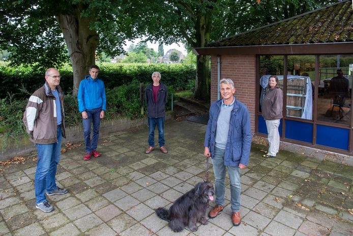 Joris Fortuin (met hond) poseert met een aantal leden van de coöperatie bij de voormalige kantine van KV Wageningen op de Eng. Van links naar rechts: Marc Haarsma, Wanka Lelieveld, Ronald van Dokkum, Joris Fortuin en Nel Tiemens.