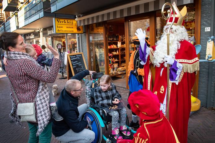 Sinterklaas en Pieten bezoeken de Touwslagersbaan in Wijchen.