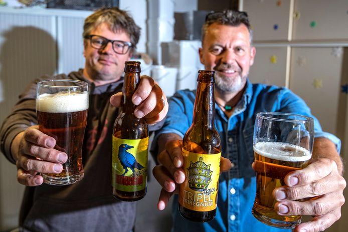 De Wijhenaren Bjorn Schothuis (links) en Roland van Oene hebben twee biertjes in de schappen van onder andere Albert Heijn. Bjorn: ,,Daar zijn tien kratten verkocht in een week tijd. Is best veel voor een onbekend biertje.''