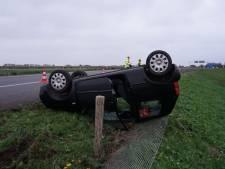 Auto over de kop op toerit vanuit A50 naar A326: twee gewonden en forse file