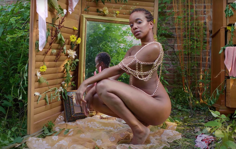Jamila Woods in de clip van 'SULA (Hardcover)'