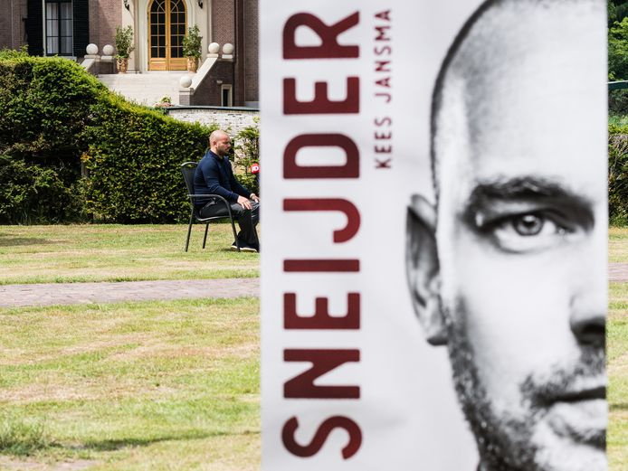Wesley Sneijder wordt de bij presentatie van zijn boek geïnterviewd.
