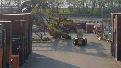 Containerkraan slaat om in Antwerpse haven, dokwerker zit gekneld