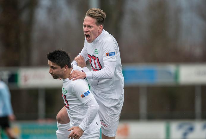 Sjors Storkhorst (boven) en Waldo Rhebergen zijn blij na de 3-2.