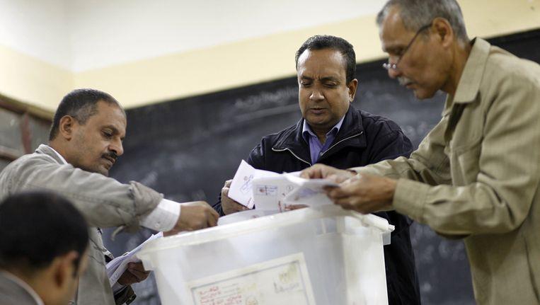 Op een stembureau in Caïro worden de stemmen geteld. Beeld AFP