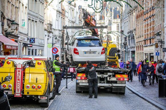 Niet iedereen vertrekt uit Brugge met een gelukzalig gevoel: deze auto met Franse nummerplaat wordt weg getakeld.