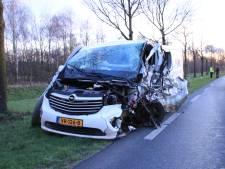 Bestelbus opengereten bij botsing met tractor, bestuurder gewond