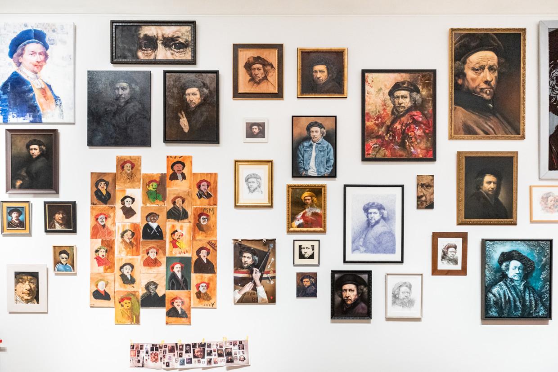 De zaal met als thema Zelfportret in opbouw.