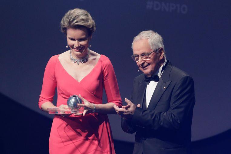 Koningin Mathilde neemt de duurzaamheidsprijs in ontvangst.