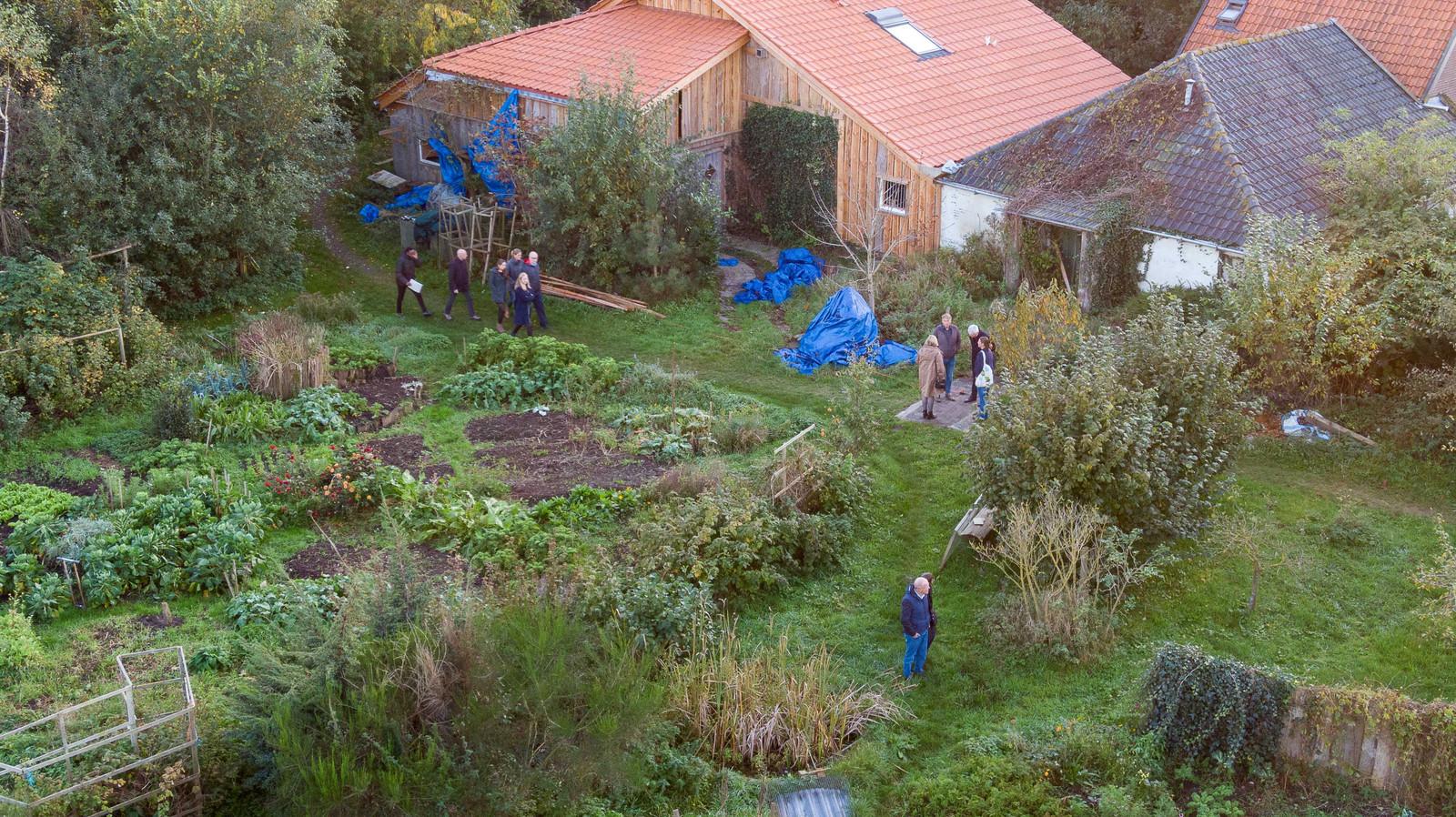 Rechters en advocaten lopen rond in de tuin van de boerderij in het buitengebied van Ruinerwold.