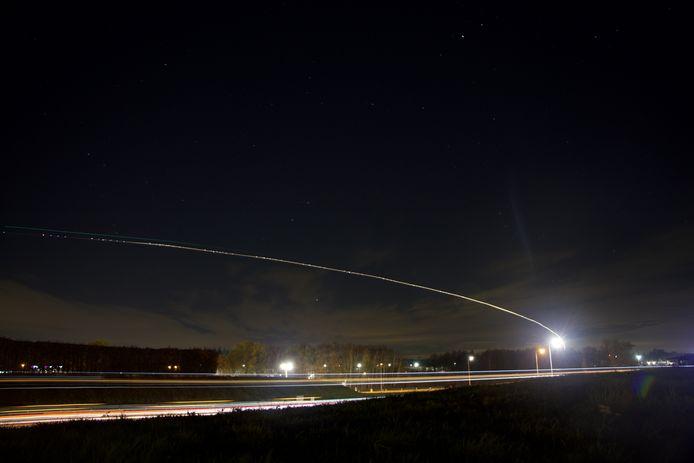 Streep van een vliegtuig boven Enschede, onderdeel van de oefening van het Korps Commando Troepen.