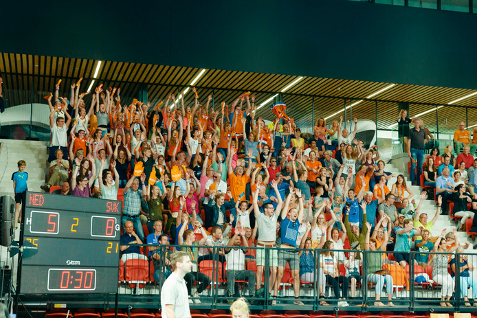 Het publiek op de tribune bij een volleybalwedstrijd in de Sportcampus.