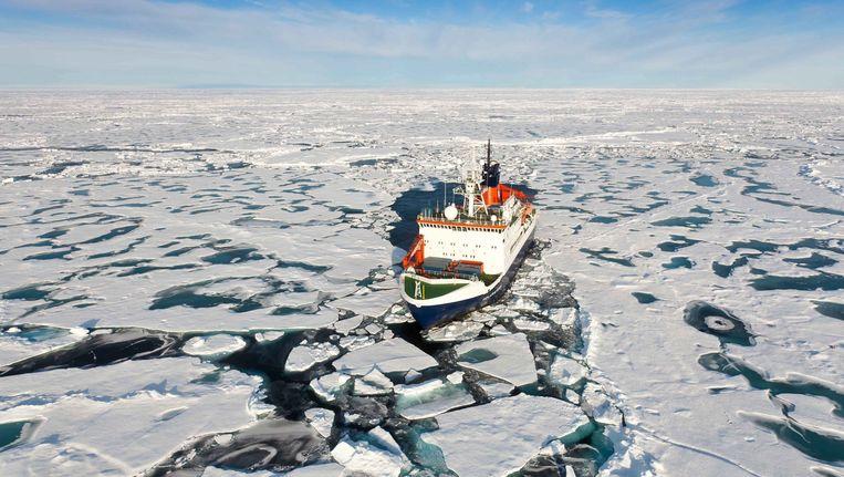 Een onderzoeksschip ploegt door het ijs bij de Noordpool Beeld EPA