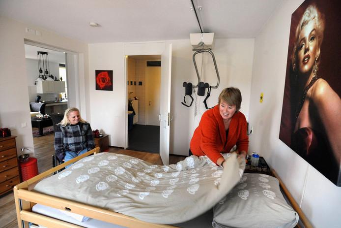 Een verzorgster van Fokus maakt het bed op voor een cliënt. De archieffoto heeft geen enkele connectie met personen in bijgaand artikel.