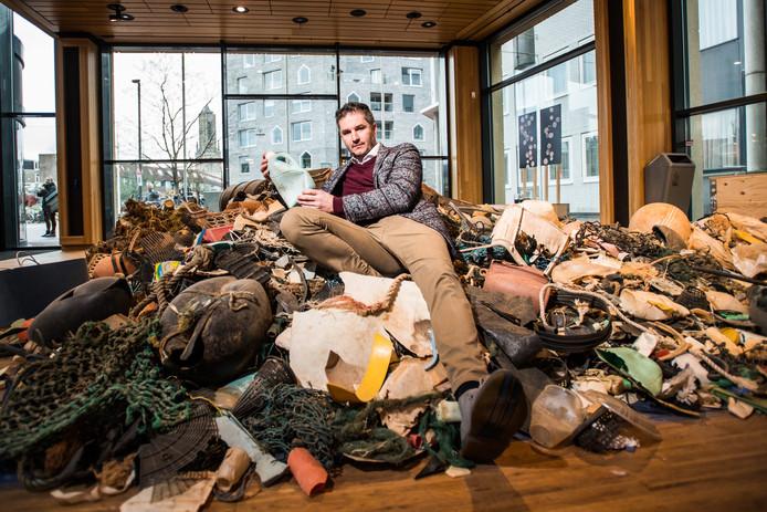 Bram Peters van Save Plastic tussen het plastic.