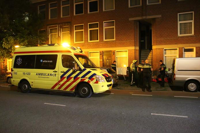 Voorbijgangers hebben vannacht een gewonde man aangetroffen op de Hoefkade in Den Haag.