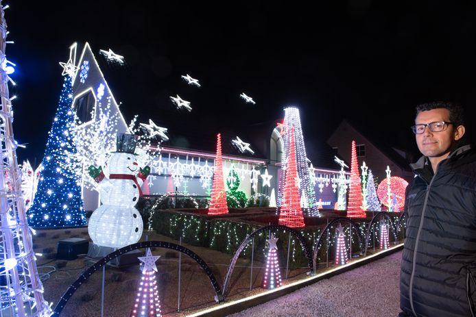 Steve Vanden Neste  aan zijn kersthuis in Zingem.