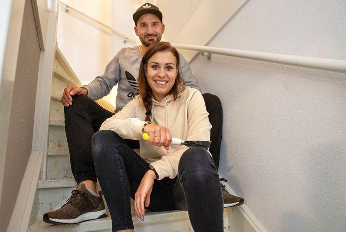 Oxana en Frank van  Kessel nemen de trap in hun huis onderhanden.
