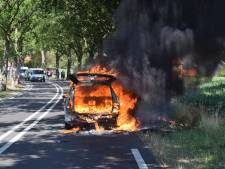 Auto vliegt in brand in Paasloo