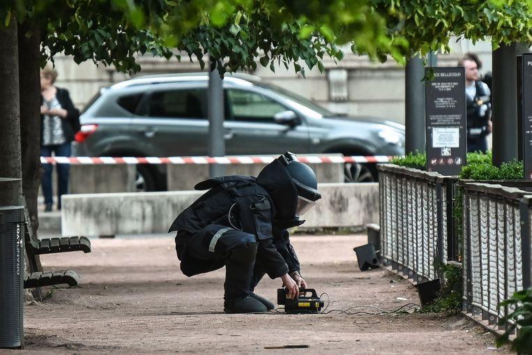 Een medewerker van de ontmijningsdienst zoekt naar sporen.