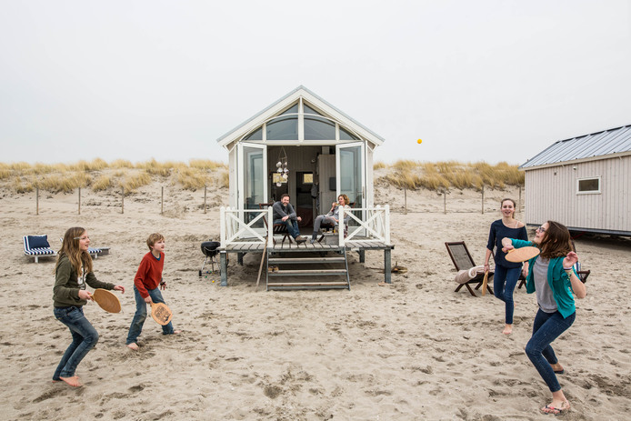 Terwijl de kinderen buiten op het strand tennissen, genieten Jeroen en Patricia Struving op<br />het terras van een van hun houten strandhuisjes bij Kijkduin.