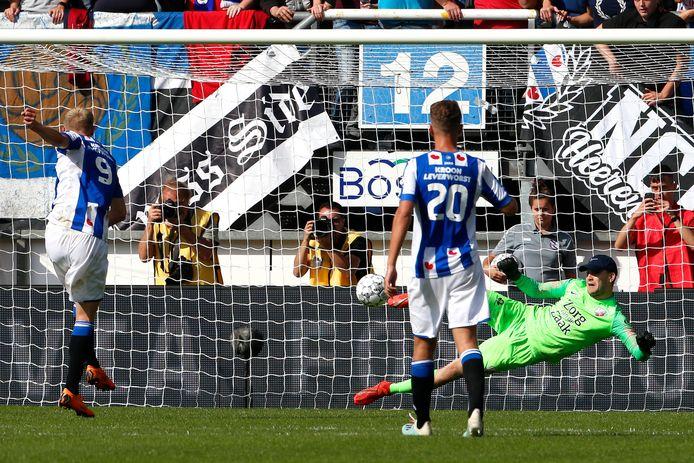 Jens Odgaard ziet zijn strafschop gestopt door Maarten Paes.