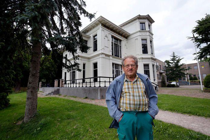 Aart van Ochten, kleinzoon van tuinman Gerrit-Jan, bij de monumentale witte villa, het voormalige gemeentehuis van Asperen.