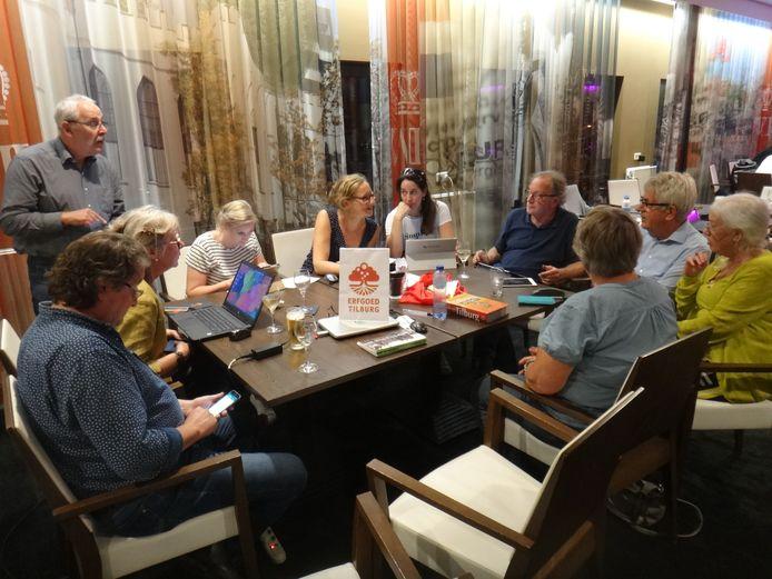Het team van Erfgoed Tilburg in opperste concentratie.