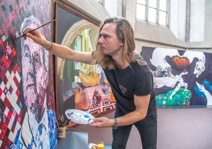 Dennie Boxem schildert in groot formaat een portret van burgemeester Meijer en nodigt stadsgenoten uit mee te schilderen in de Grote Kerk.