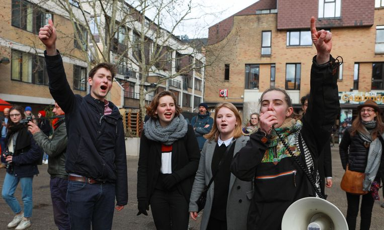 Anuna De Wever en vriendin Kyra Gantois (midden) tijdens het wekelijkse scholierenprotest op 7 maart. Beeld BELGA