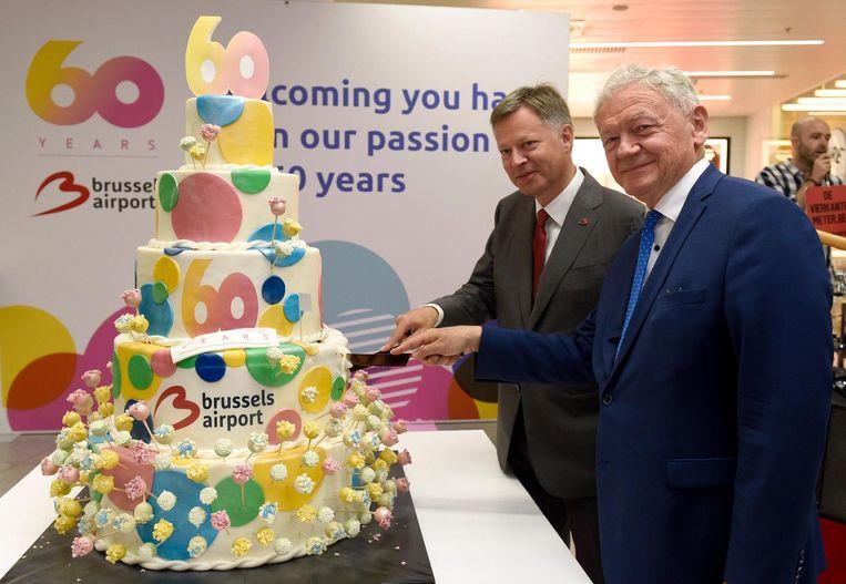 Ceo van de luchthaven Arnaud Feist en minister van Mobiliteit François Bellot snijden de verjaardagstaart aan.