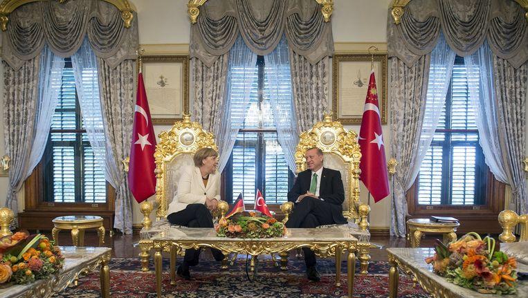Angela Merkel op bezoek bij de Turkse president Erdogan, 18 oktober 2015. Beeld reuters