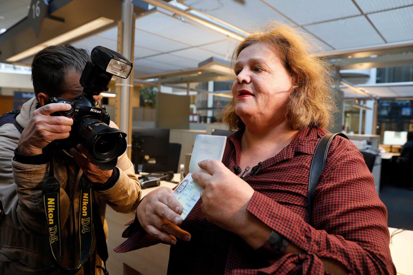 Leonne Zeegers krijgt als eerste volwassen Nederlander een paspoort zonder geslachtsaanduiding. De V in Leonne's paspoort wordt vervangen door X/X.