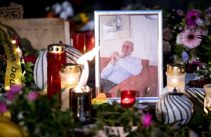 Bloemen en kaarsjes tijdens de herdenking van de 73-jarige Jan. Hij werd ernstig mishandeld door vijf jongeren in de Spijkerstraat in Arnhem.