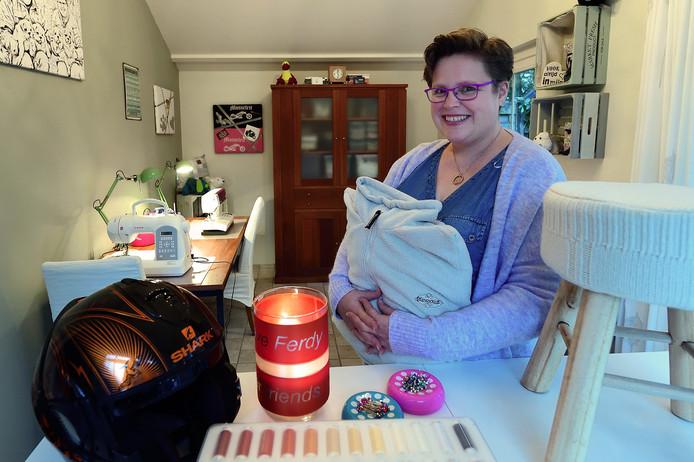Liesbeth in haar atelier Ferlies, waar zij blijvende herinneringen maakt van de kleding van overledenen.