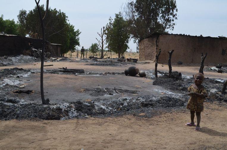 Op deze plek in noordoost Nigeria stonden vroeger huizen. Het dorp is in de as gelegd door Boko Haram. Beeld anp