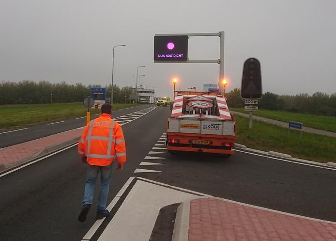 De dijk is tot 12 uur afgesloten voor verkeer.