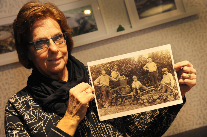 Marianne Luitwieler is op zoek naar de namen van mensen op een oude familiefoto