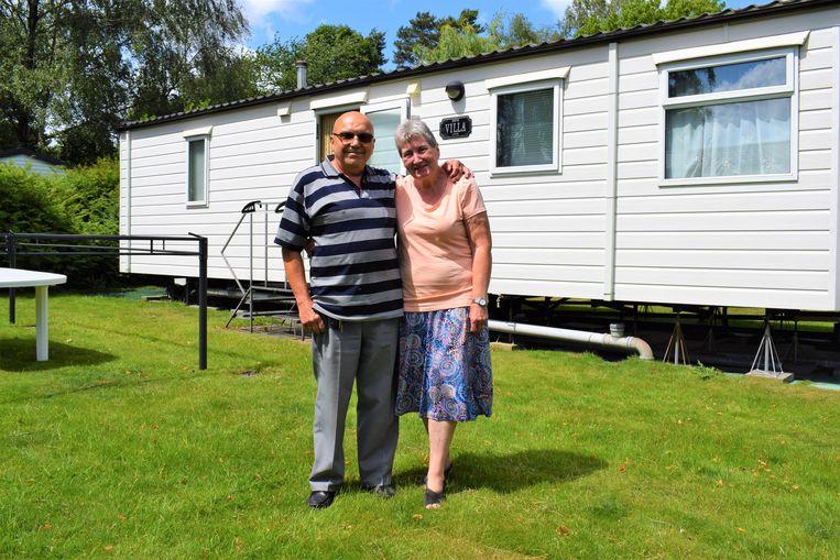 Monique en Jean voor hun 'Boston Villa' op camping Puyenbroeck.