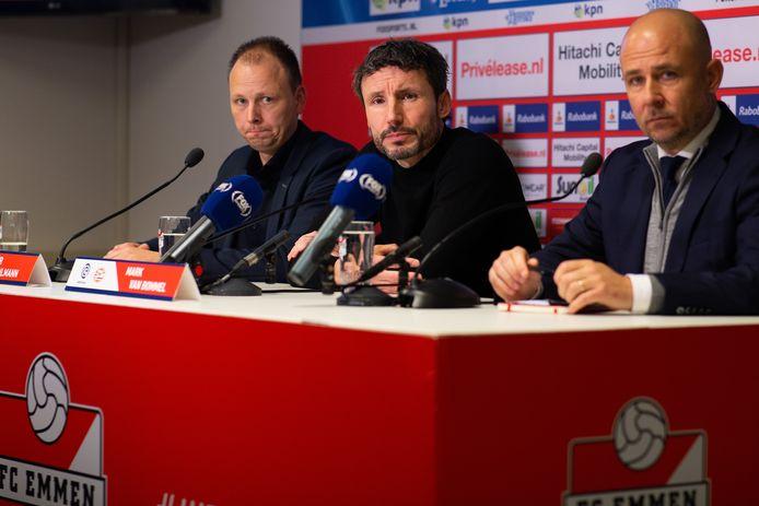 Mark van Bommel na FC Emmen-PSV, tussen de persvertegenwoordigers van FC Emmen en PSV. Rechts woordvoerder Thijs Slegers van PSV.
