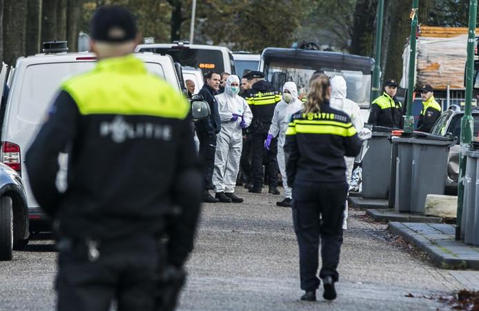 Politie-agenten bij de start van de Operatie Alfa, bij het woonwagenkampje aan de Osse Hoogheuvelstraat.