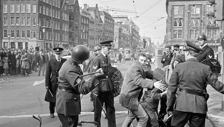 Politie raakt slaags met provo's. Beeld anp