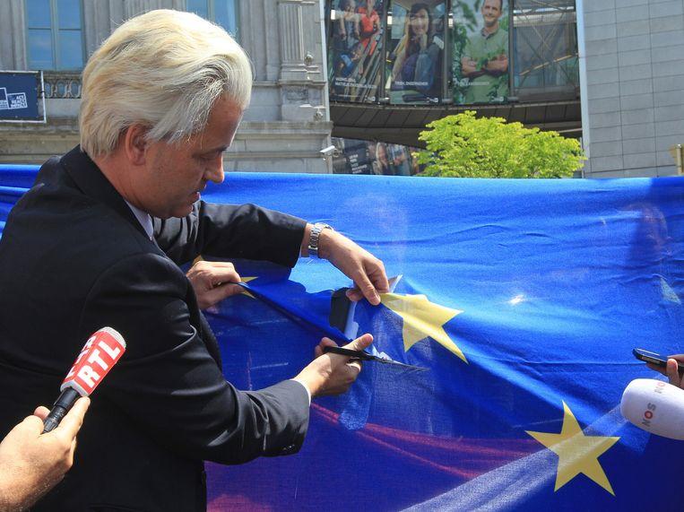 Geert Wilders knipt een ster uit de Europese vlag