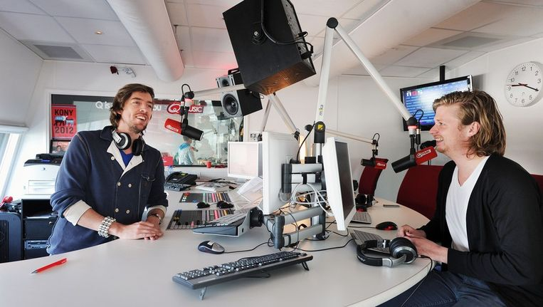 Q-Music dj's Mattie Valk en Wietze de Jager in de studio. Beeld null
