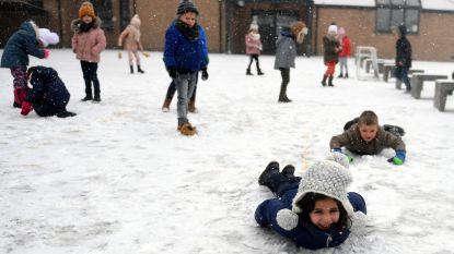 Kleuters leven zich uit in sneeuw