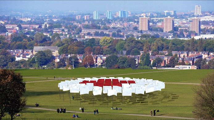 Het kunstwerk, bestaande uit rode en witte vlaggen op hoge palen, staat van 7 tot en met 16 augustus 2020 opgesteld in Park Spoor Noord.