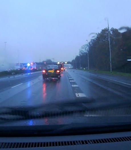 File door brandende auto op A1 bij Borne